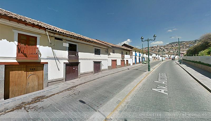 Avenida Arcopata și casele în stil colonial spaniol, cu balconete de lemn.