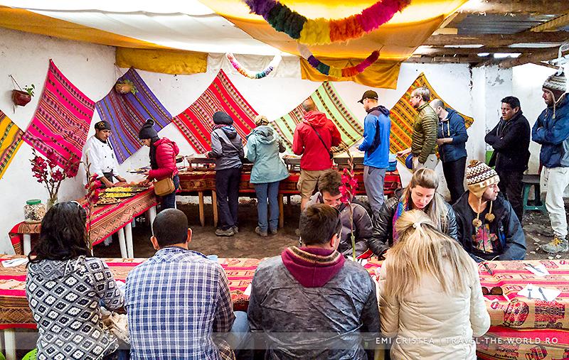 Mic dejun la Quechua, în cătunul de sub Vinicunca