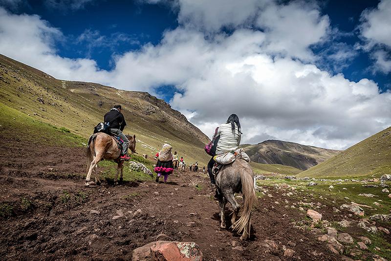 Turiști călare, spre Vinicunca